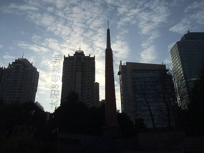 大中华橡胶厂的烟囱和现代建筑相得益彰